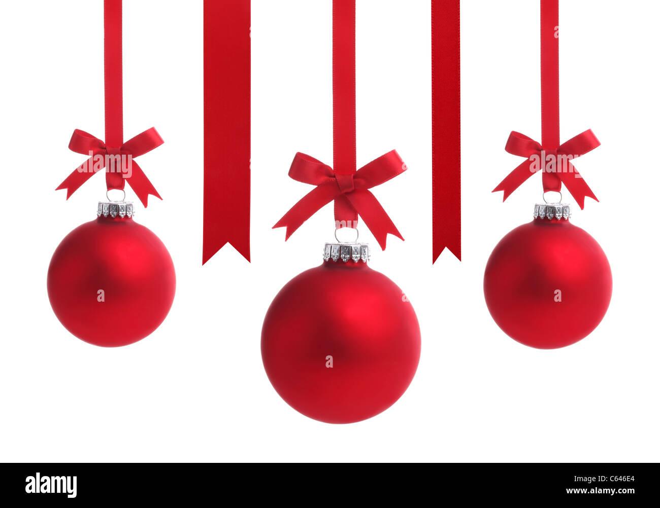 Boule de Noël rouge avec ruban bow,isolé sur fond blanc. Photo Stock