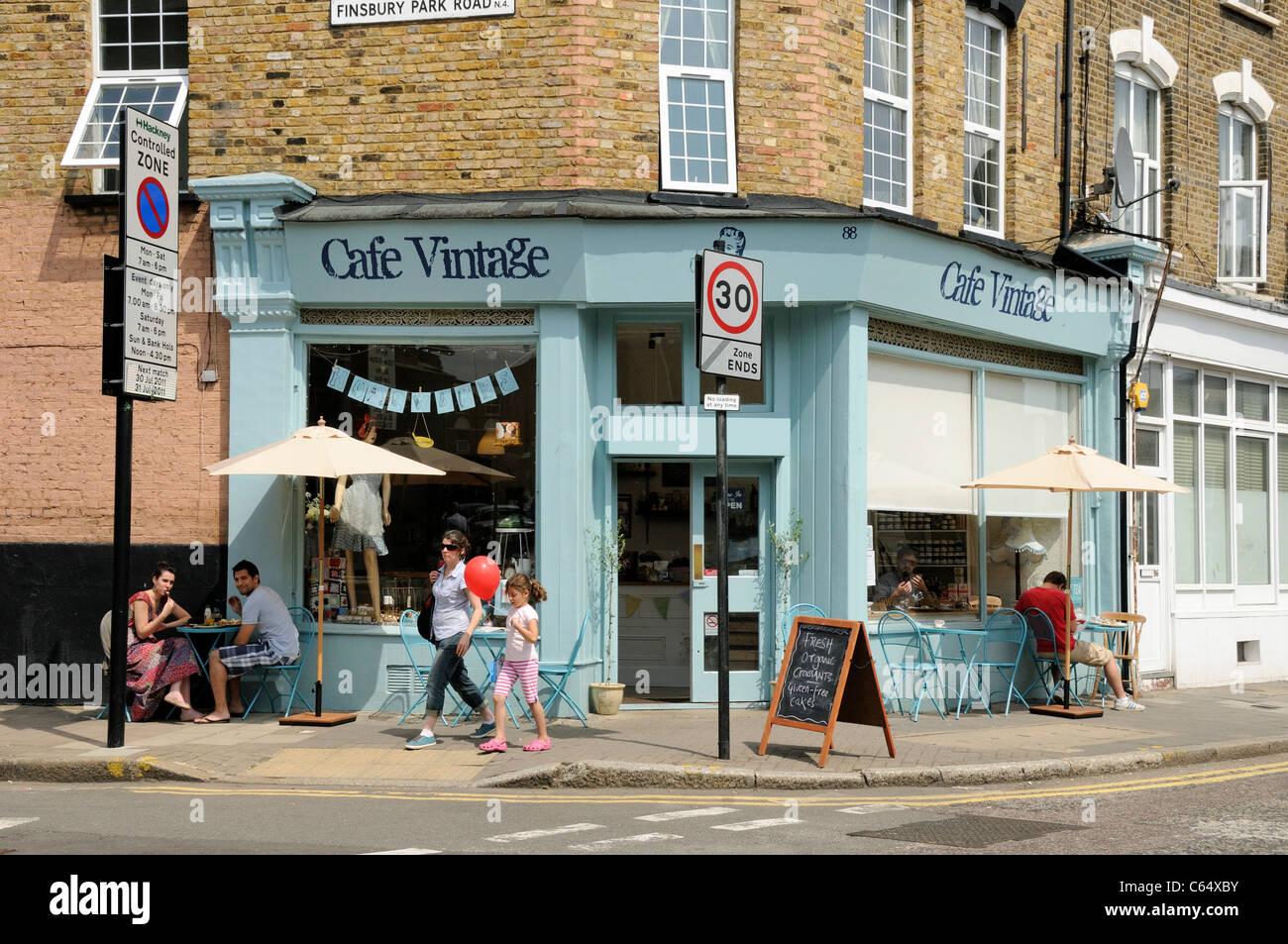 Les gens assis dehors Cafe Vintage Hackney London UK Photo Stock