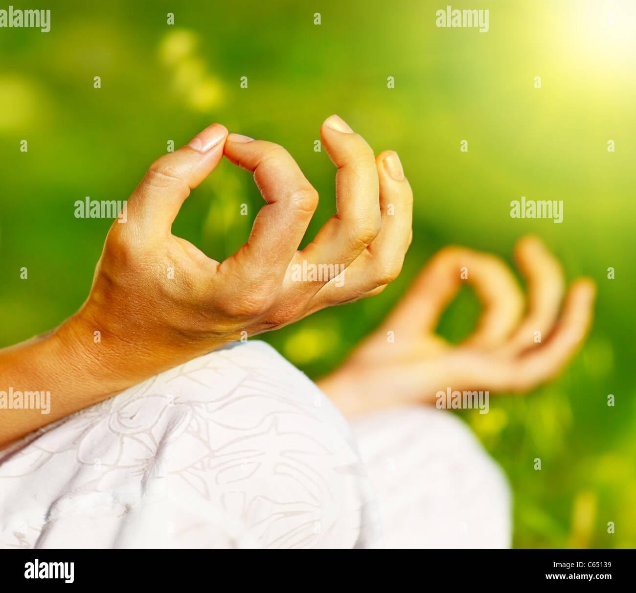 La méditation de yoga en plein air, les femmes en bonne santé dans la paix, l'âme et l'esprit Photo Stock