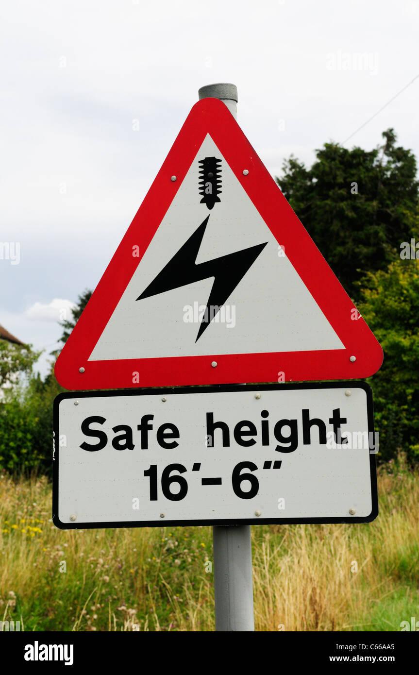 Hauteur de sécurité ci-dessous les câbles électriques sur une ligne de chemin de fer en signe Photo Stock