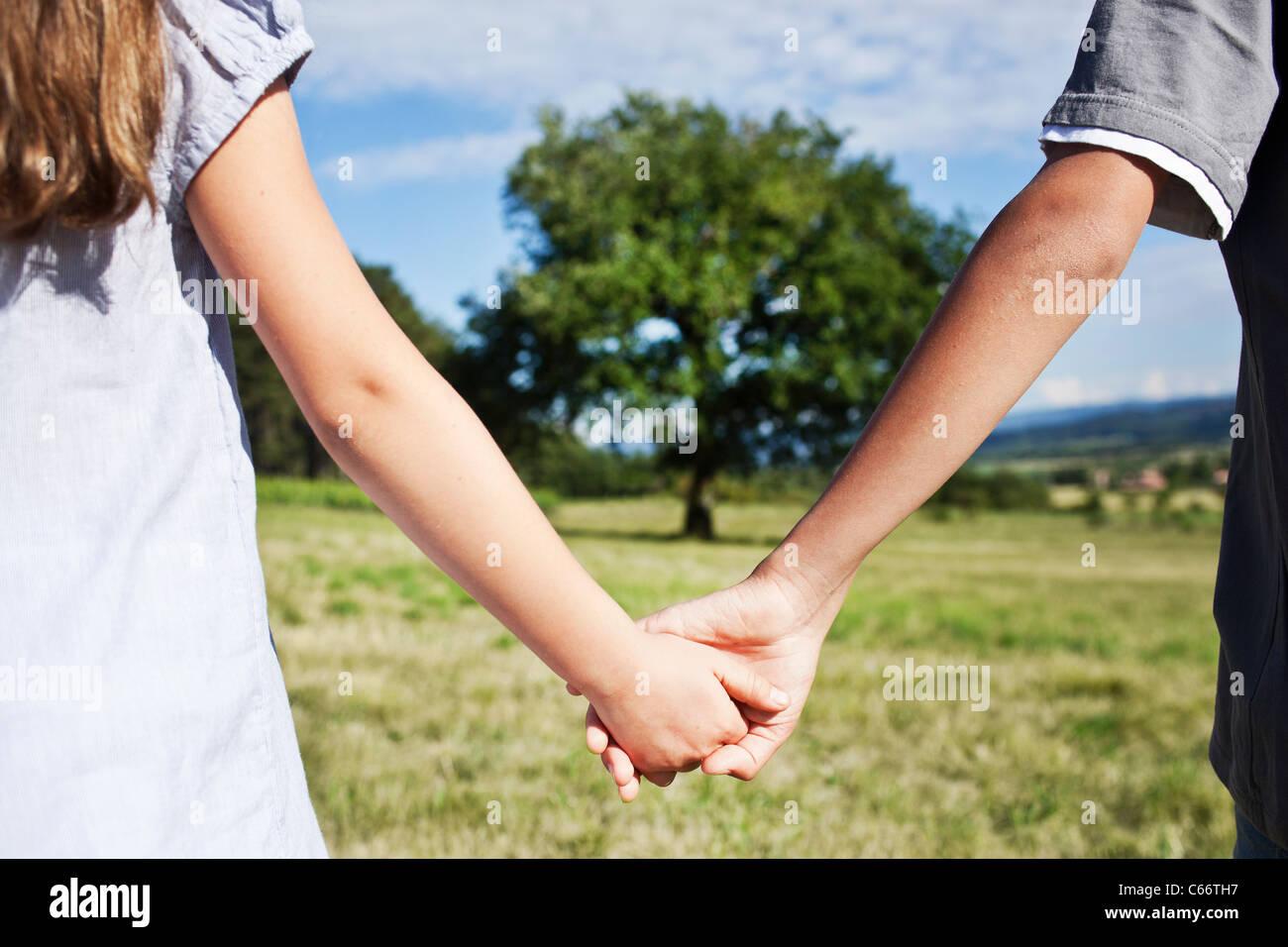 Les enfants se tenant la main dans la zone Banque D'Images