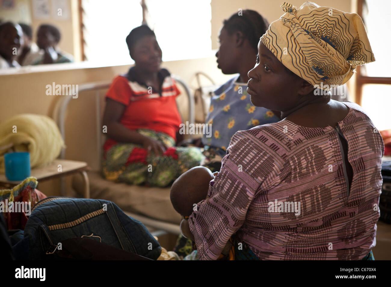 Des femmes siègent à la maternité de l'hôpital de Dedza, Malawi, Afrique du Sud. Photo Stock
