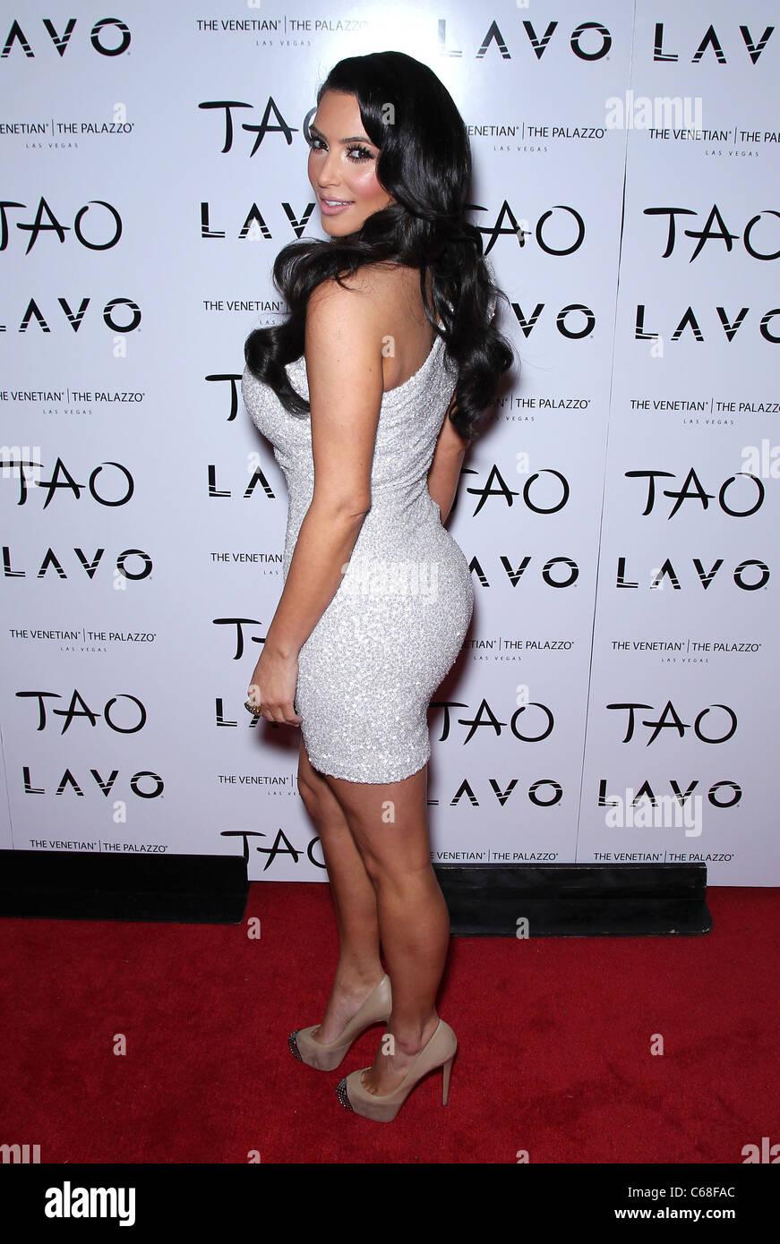 nouveau produit c667f 34e1d Kim Kardashian (portant une robe Marc Bouwer et chaussures ...
