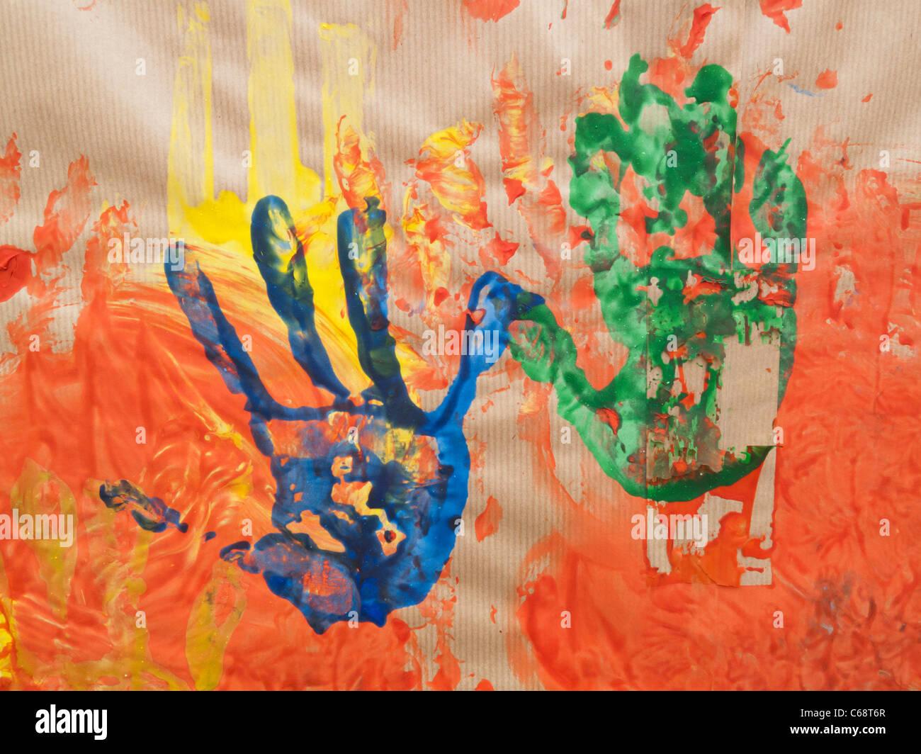 Impression de fait mains avec de la peinture sur papier brun Photo Stock