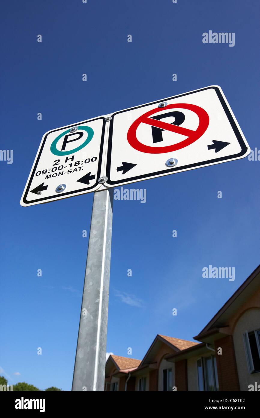 Pas de parking parking panneaux Les panneaux de restriction contre le ciel bleu Saskatoon Saskatchewan Canada Photo Stock