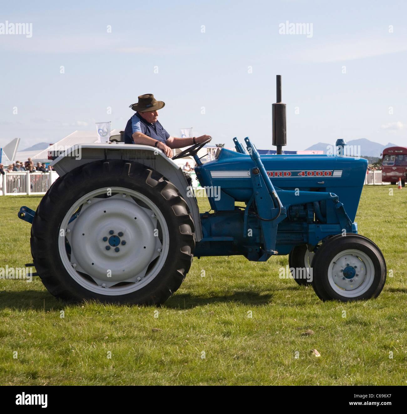 Ford 4000 tracteur bleu Vintage une exposition au salon de l ...