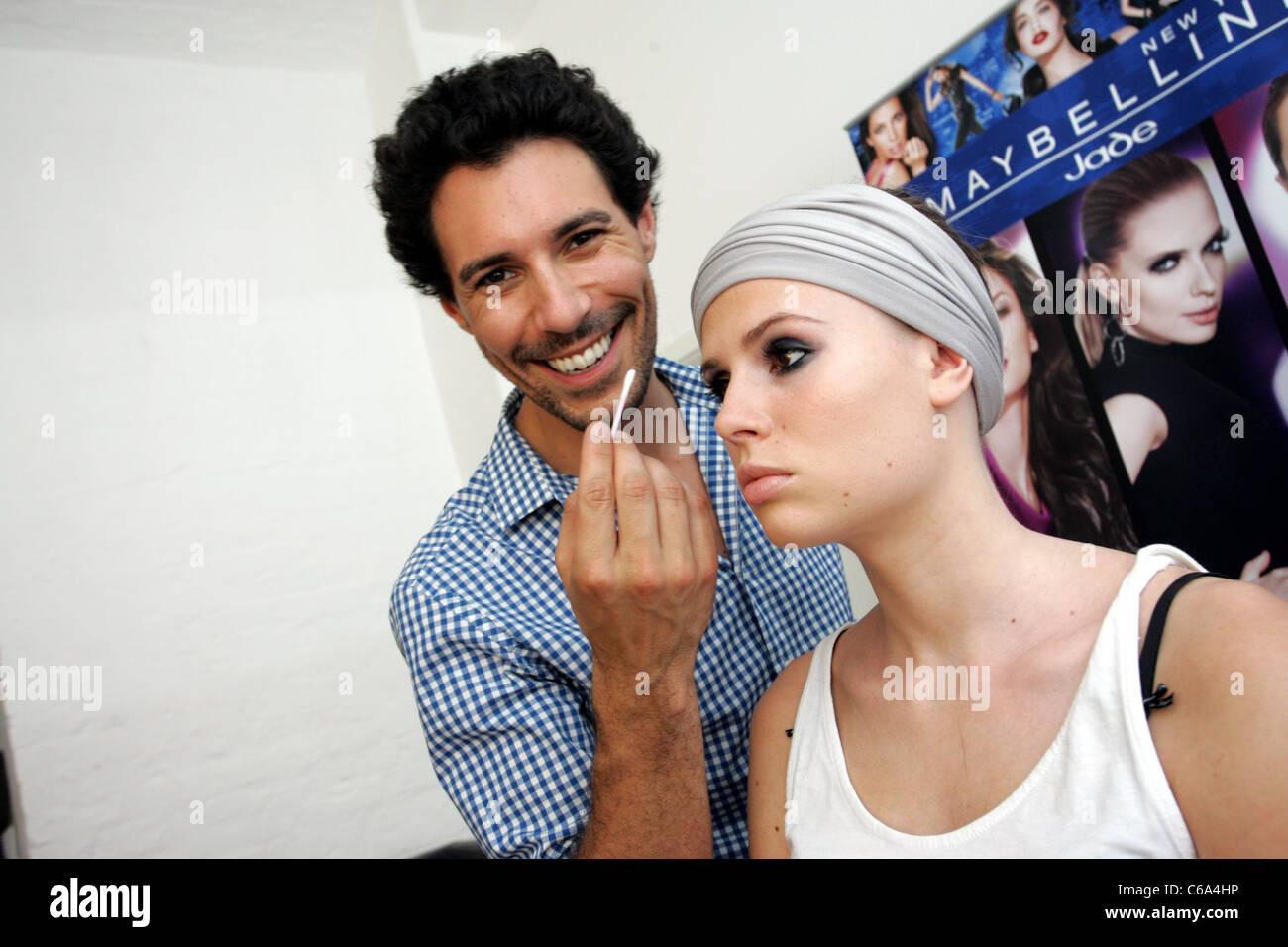 Makeup-artiste Boris Entrup et modèle Anthea Mueller à un maquillage et coiffure répétition Photo
