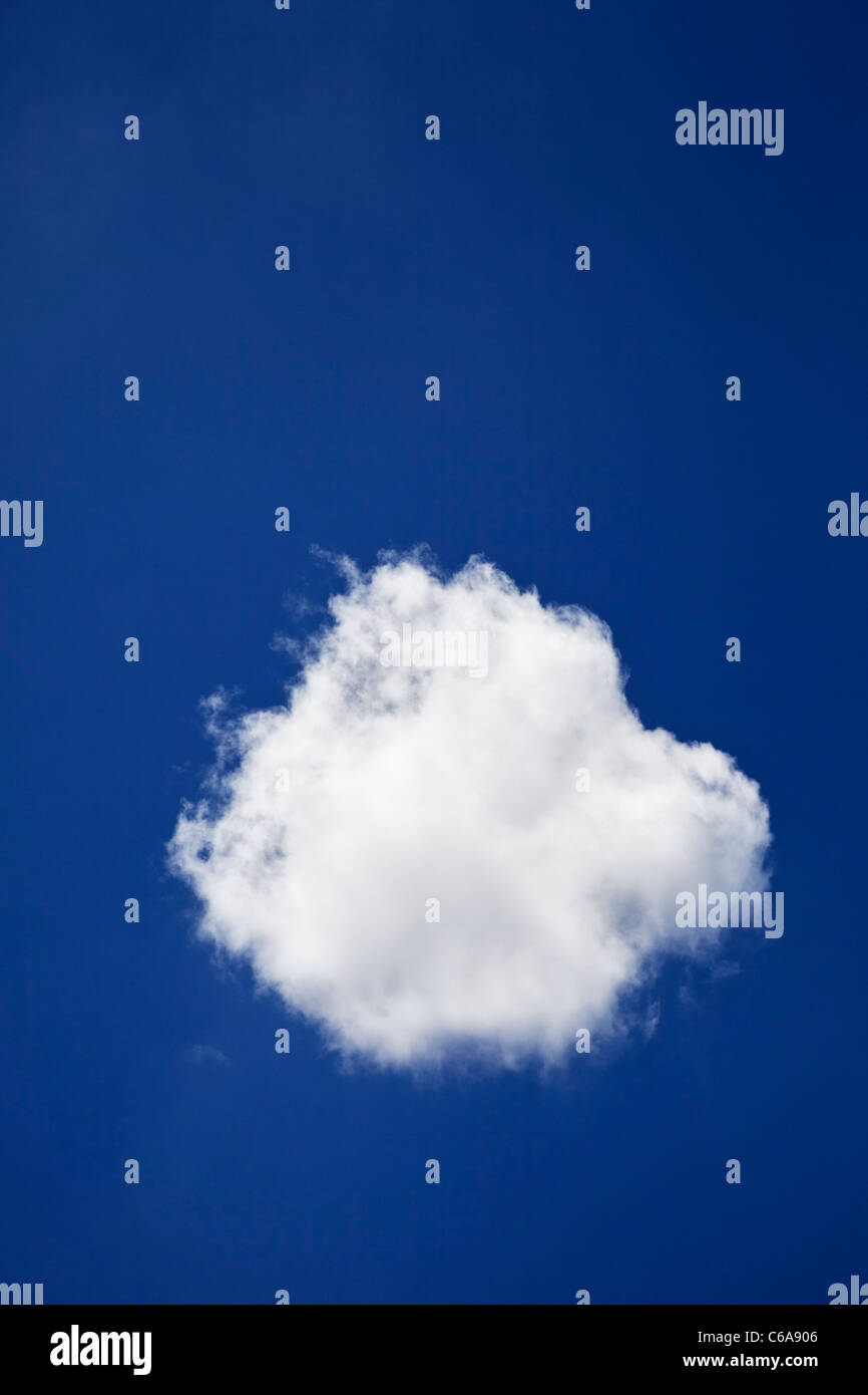 Un seul nuage dans un ciel bleu Photo Stock