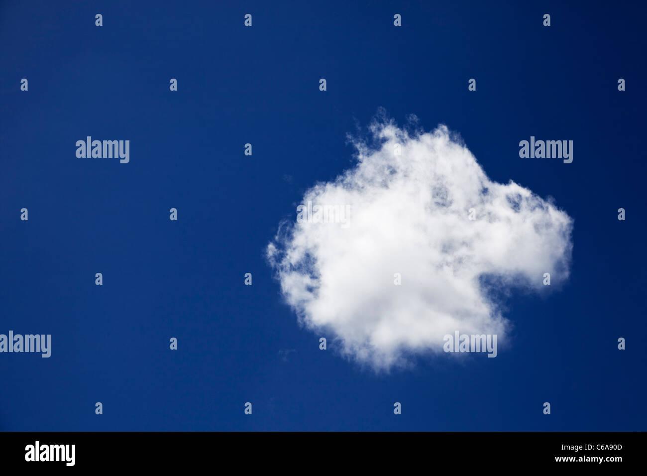 Ciel bleu et nuage solitaire unique Photo Stock
