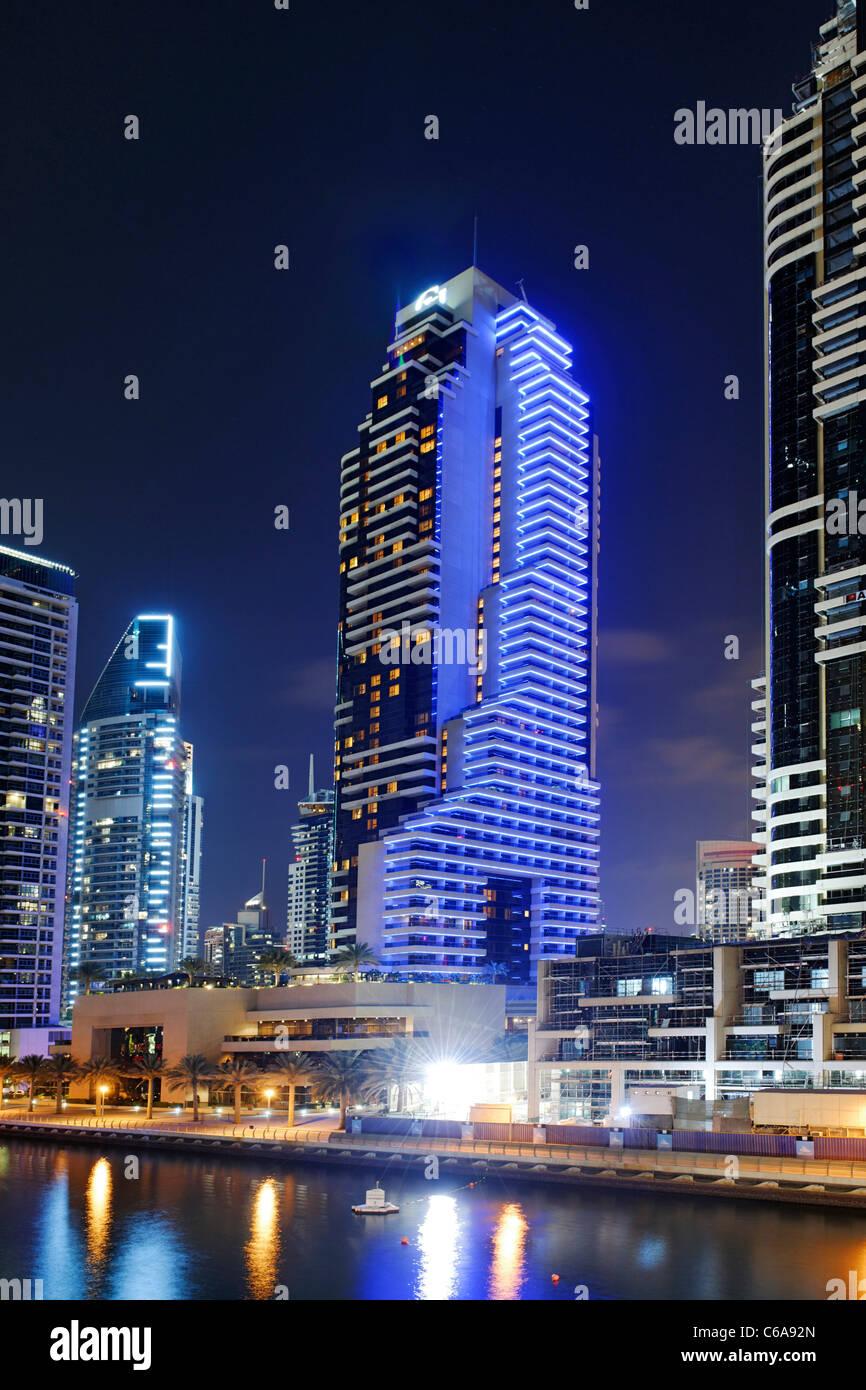 Grosvenor House éclairés en bleu, la Marina de Dubaï, Dubaï, Émirats arabes unis, Moyen Photo Stock