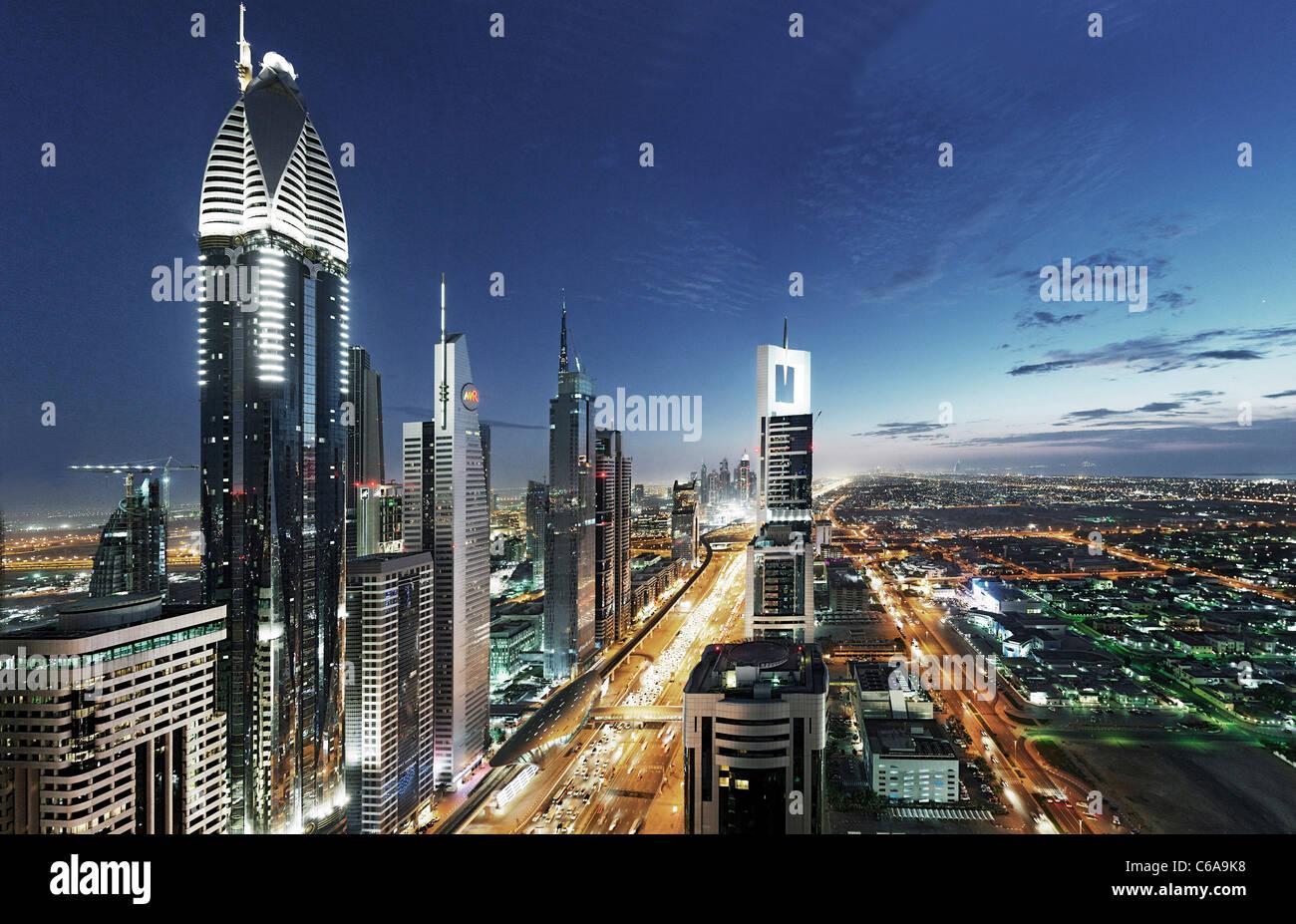 Soirée au Golfe persique, trafic, ville, centre-ville de Dubai, Dubaï, Émirats arabes unis, Moyen Photo Stock