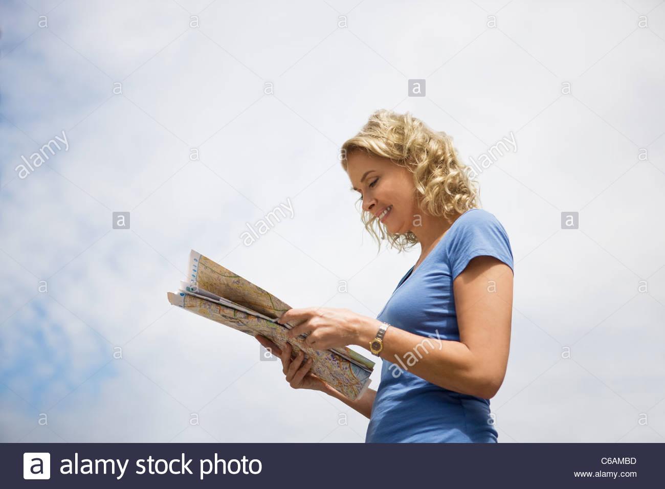 Une femme d'âge moyen en regardant une carte Photo Stock