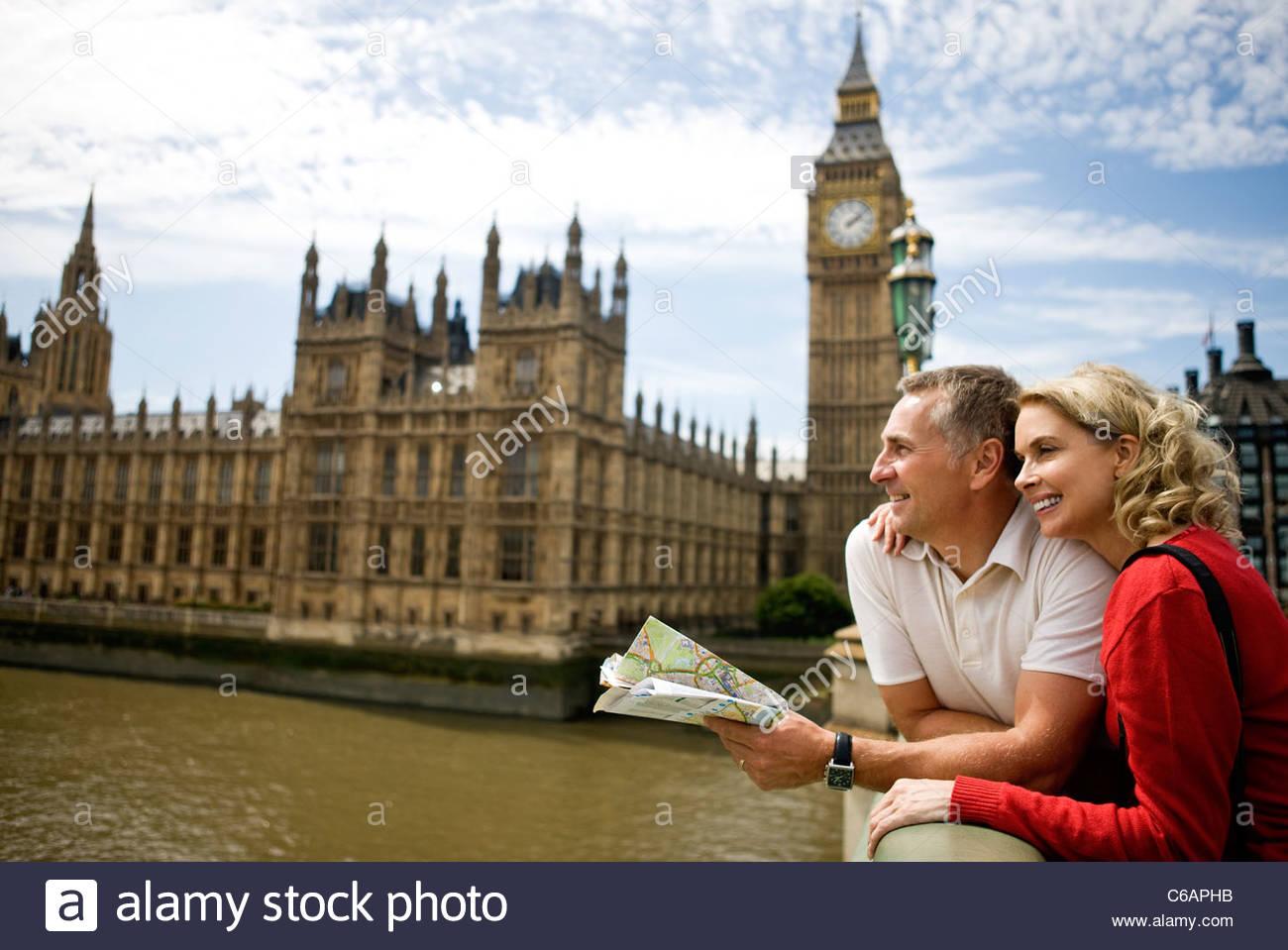 Un couple debout près des chambres du Parlement, à la le long de la rivière Thames Photo Stock