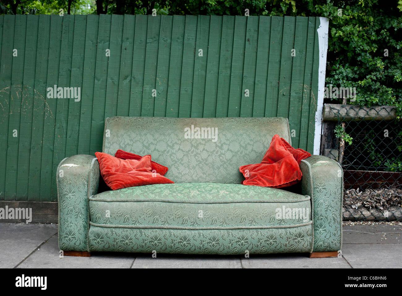 Canapé abandonné sur une rue Photo Stock
