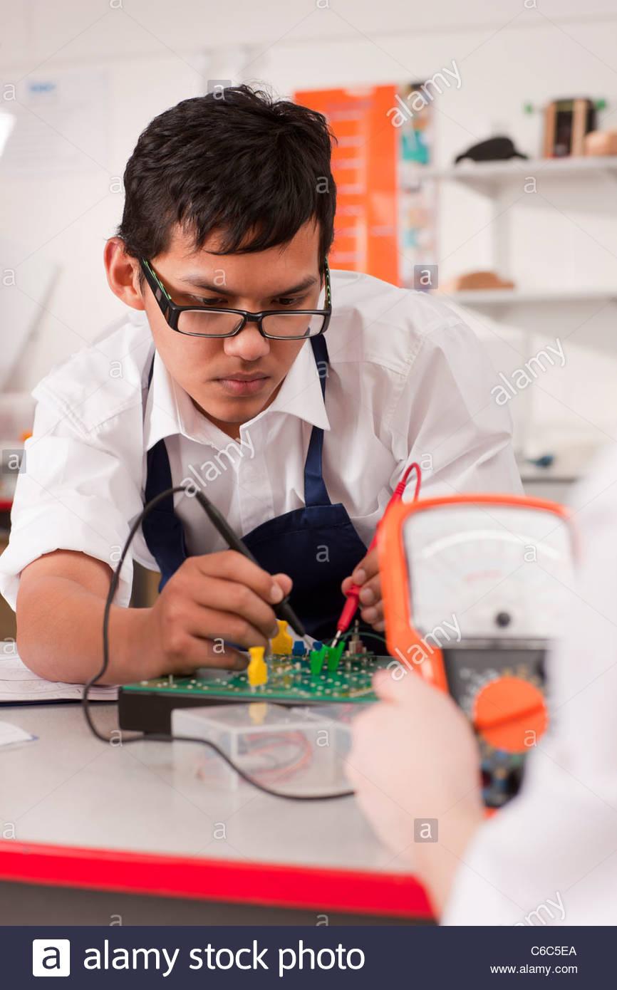 Les étudiants travaillant sur l'unité électronique dans la classe ensemble Photo Stock
