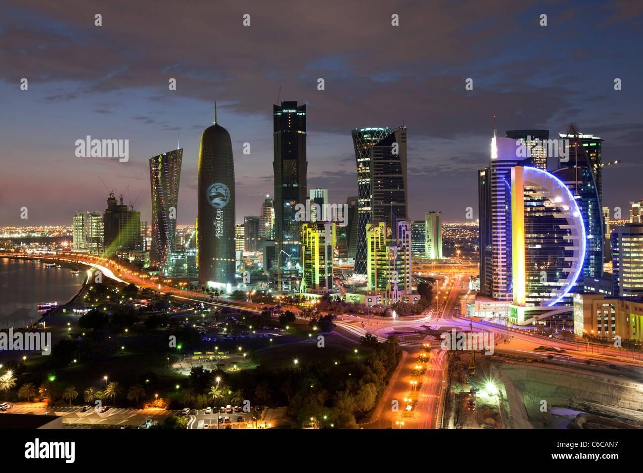Le Qatar, au Moyen-Orient, Péninsule Arabe, Doha, nouvelle ligne d'horizon de la baie ouest du quartier financier du Centre de Doha Banque D'Images