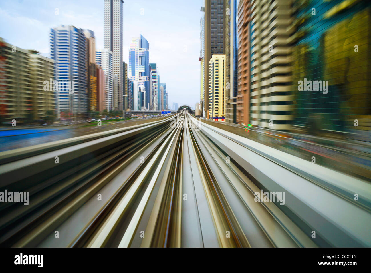Ouvert en 2010, le métro de Dubaï, MRT, en mouvement le long de la route Sheikh Zayed, au crépuscule, Photo Stock