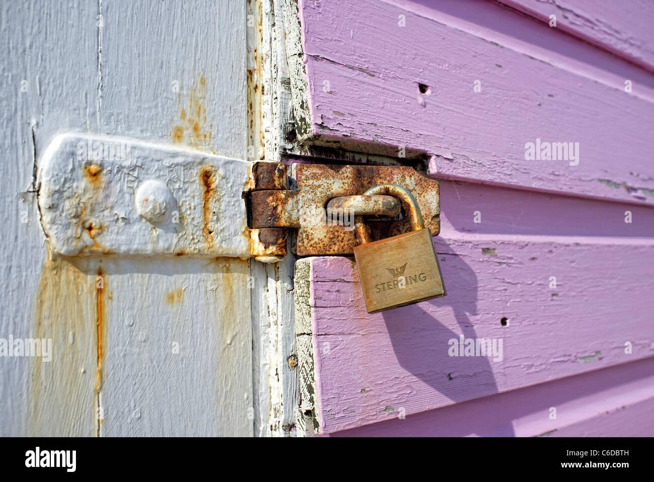 Cadenas sur une porte en bois peint. Photo Stock