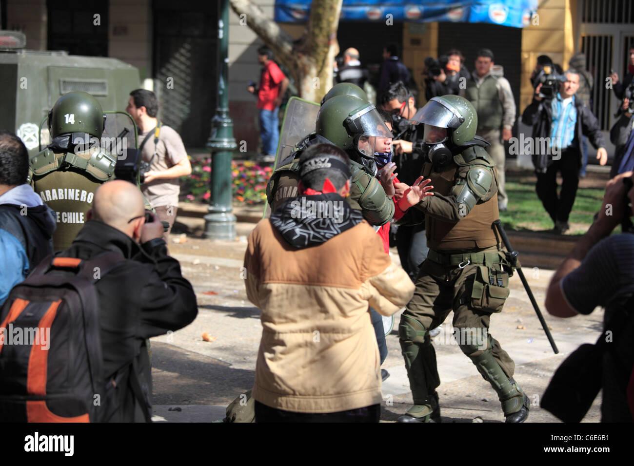 Manifestant arrêté par la police anti-émeute chilienne pendant une grève d'étudiants Photo Stock