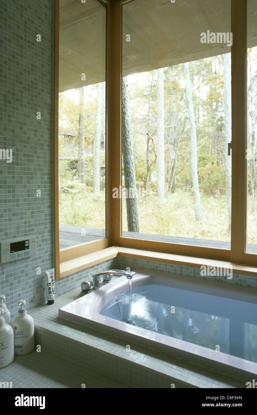 Baignoire dans une salle de bains japonais avec une fenêtre vers le ...