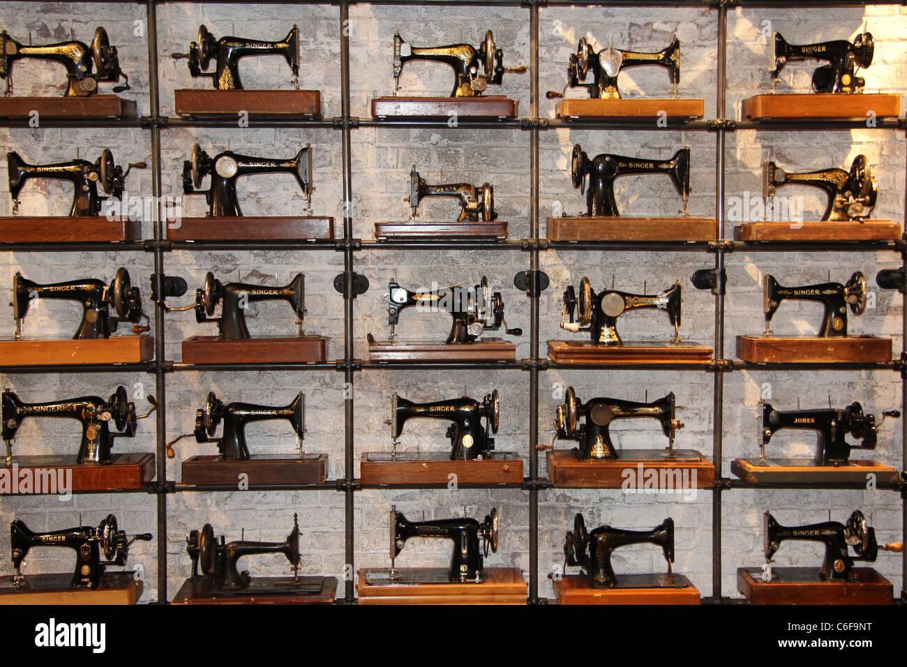 vieilles machines coudre dans une boutique de v tements seatle washington banque d 39 images. Black Bedroom Furniture Sets. Home Design Ideas