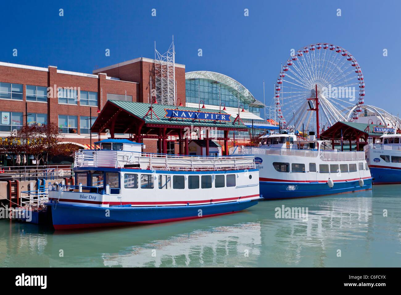 Les bateaux d'excursion à Navy Pier à Chicago, Illinois, USA. Photo Stock
