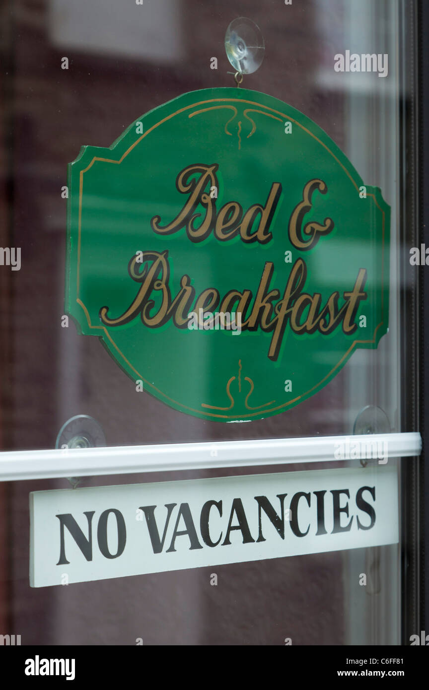 Bed and breakfast signe, pas de postes vacants, signe, dans une fenêtre UK GB EU Europe Photo Stock