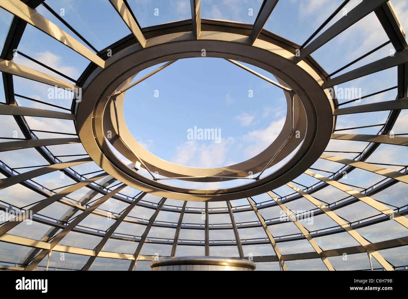 Vue sur le ciel de la coupole du Reichstag de l'intérieur. Haut de le Reichstag, parlement de l'Allemagne, Photo Stock