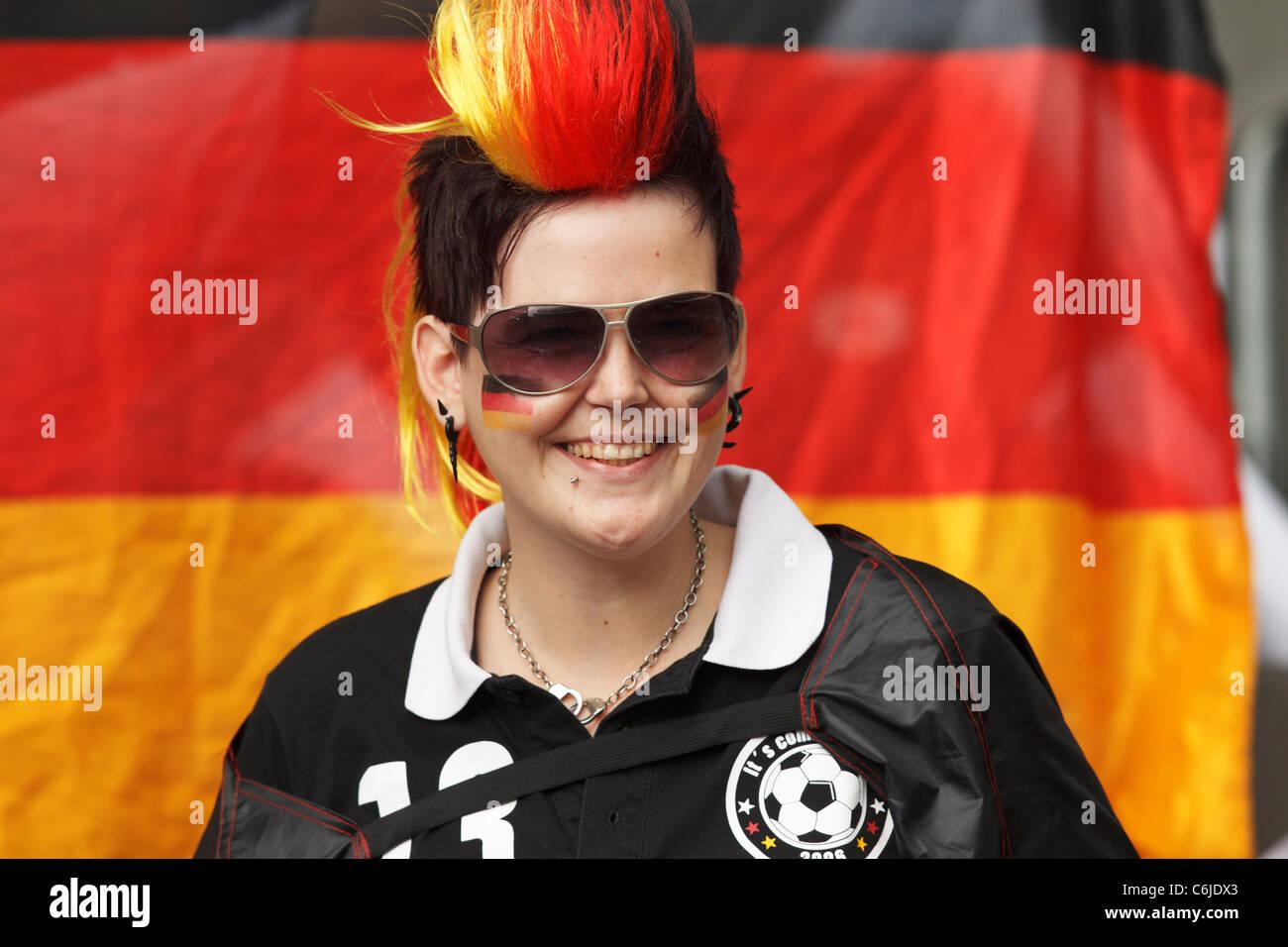Un partisan de l'Allemagne sourit avant le match d'ouverture de la Coupe du Monde féminine Coupe du Photo Stock