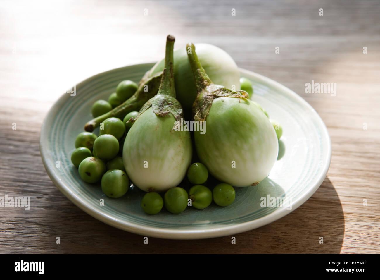 Aubergines thaïes et limes, les ingrédients pour poulet au curry vert Photo Stock
