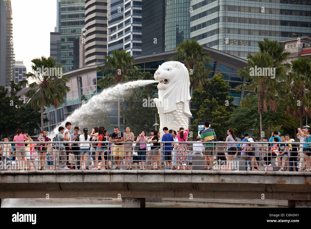 La statue du Merlion, symbole de Singapour, et l'esplanade, le quartier de la marina, l'Asie Singapour Banque D'Images