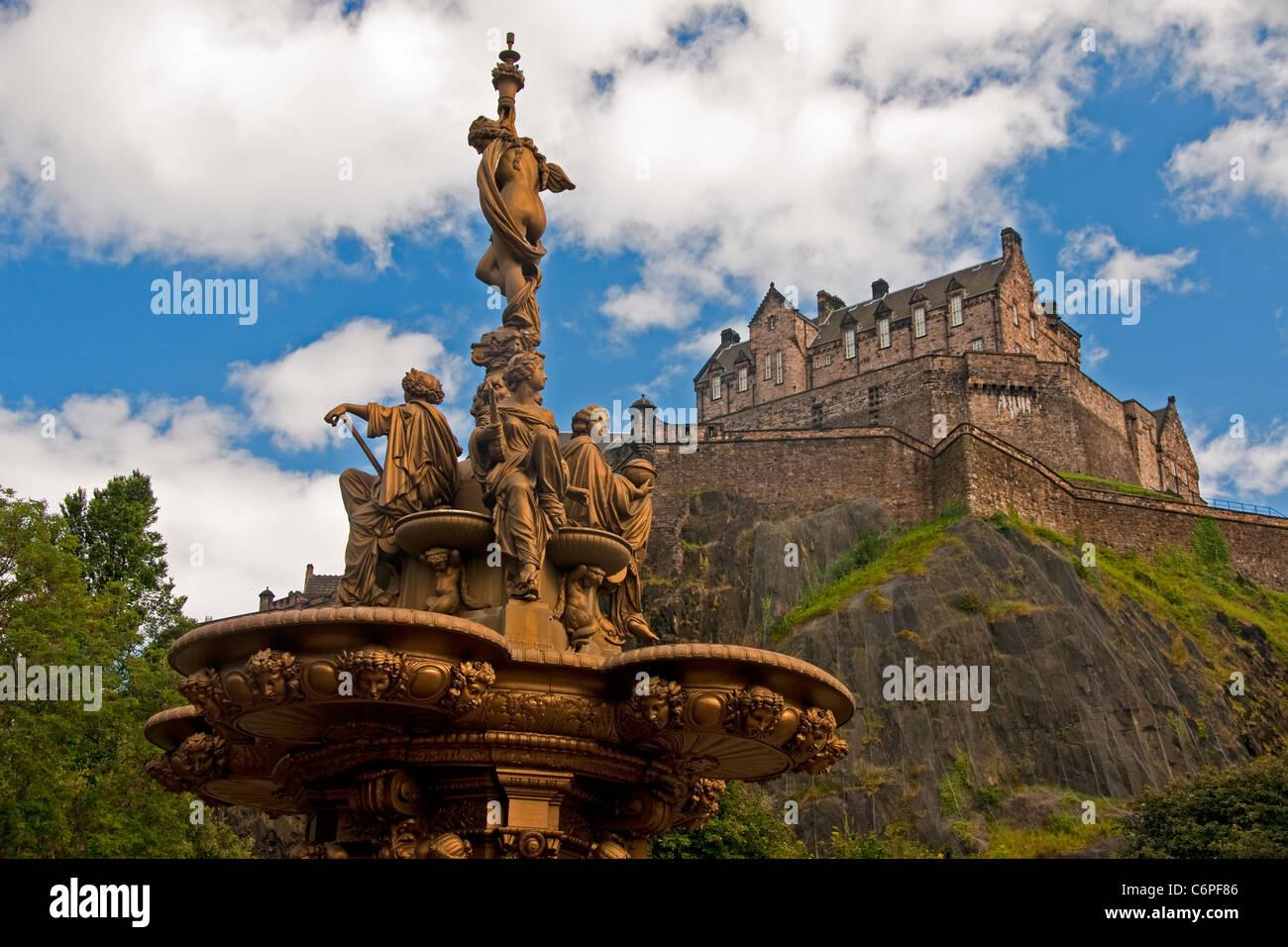 Le Château d'Édimbourg sur Castle Rock volcanique de West Princes Street Gardens avec Ross sculpture Photo Stock