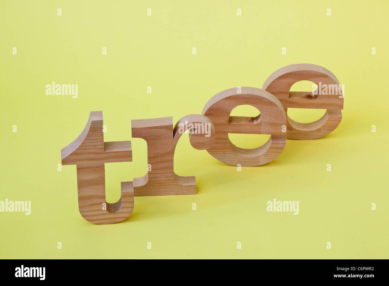 """Mot """"arbre"""" écrit avec des lettres en bois Photo Stock"""