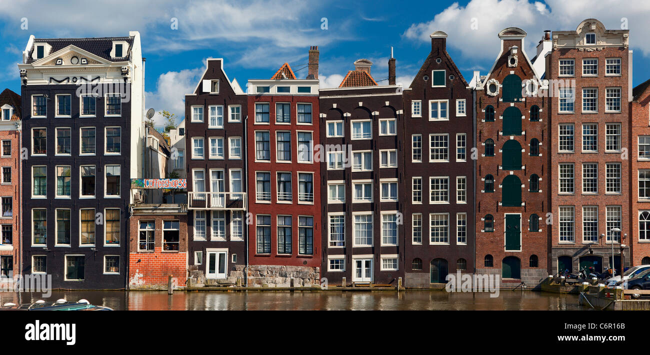 L'Europe, Pays-Bas, Amsterdam, maisons en rangées le long du Canal Photo Stock