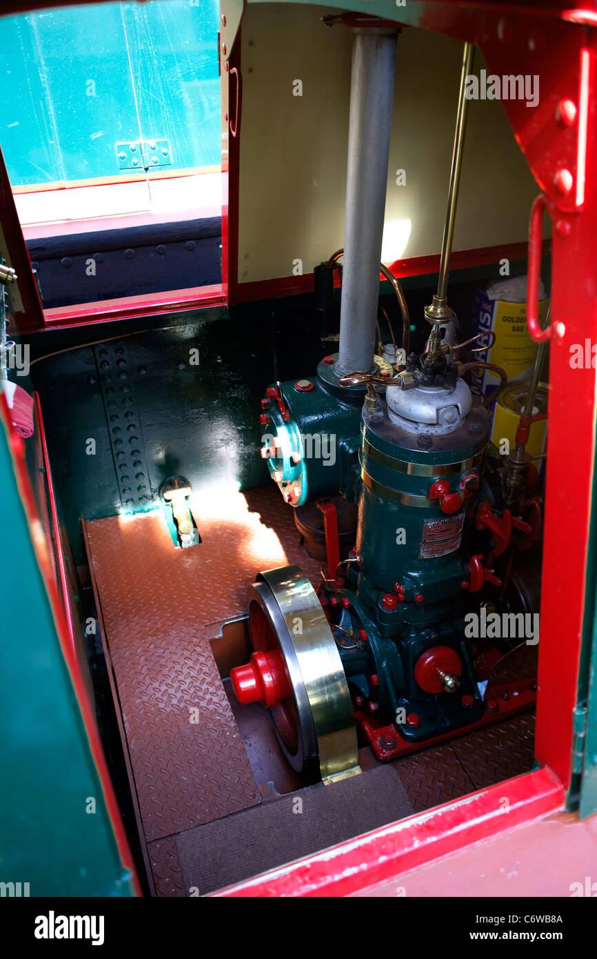 bolinder moteur diesel dans la salle des machines d 39 un bateau de travail traditionnel 15 04 15. Black Bedroom Furniture Sets. Home Design Ideas