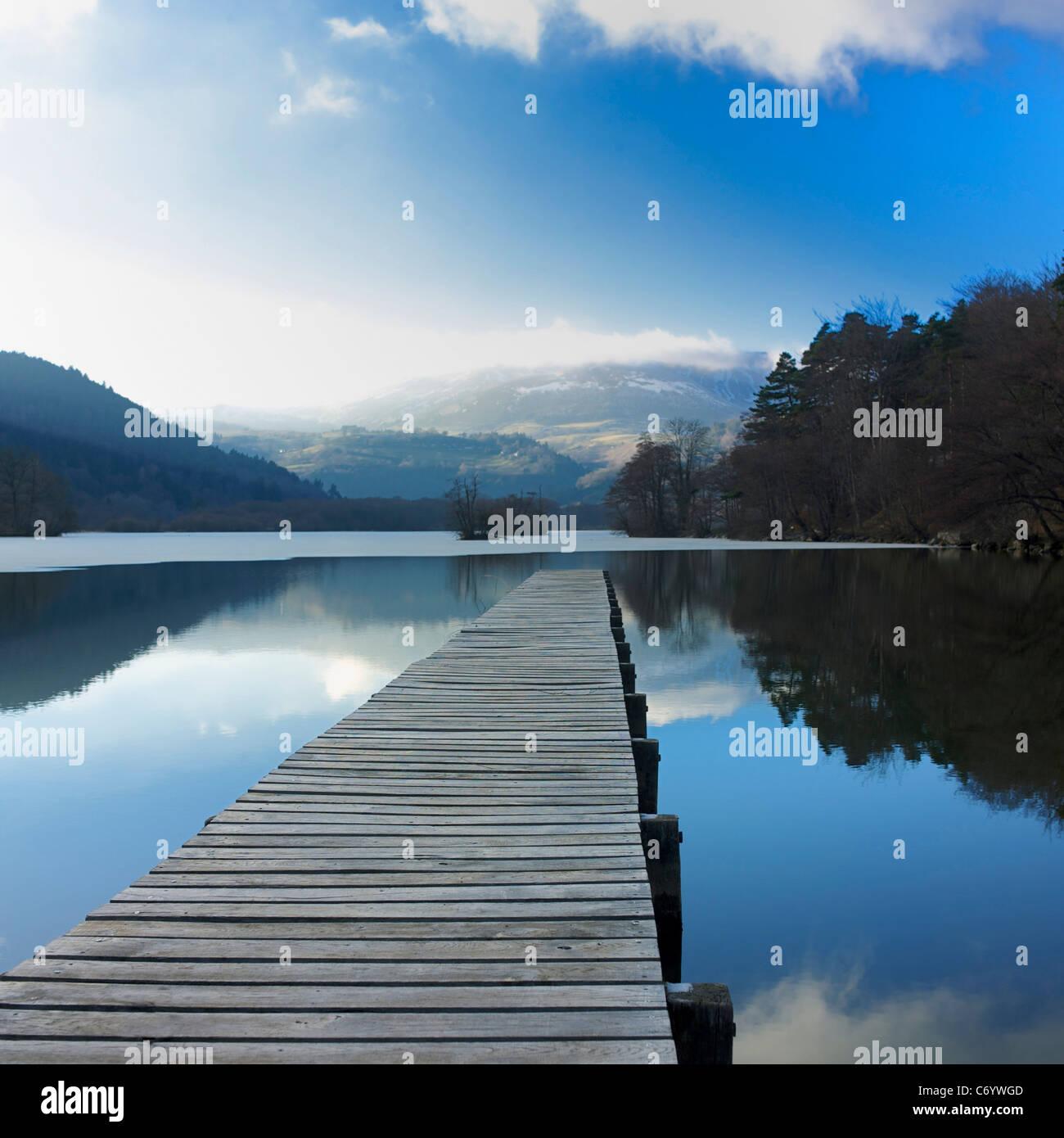Jetée sur le Lac Chambon, Auvergne, France Photo Stock