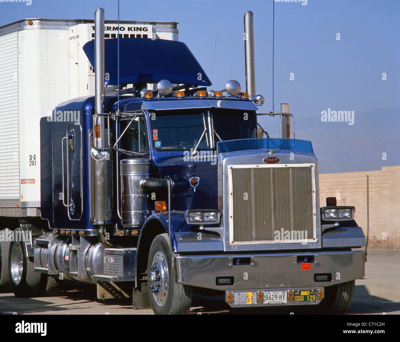 camion am ricain peterbilt sur autoroute californie tats unis d 39 am rique banque d 39 images. Black Bedroom Furniture Sets. Home Design Ideas