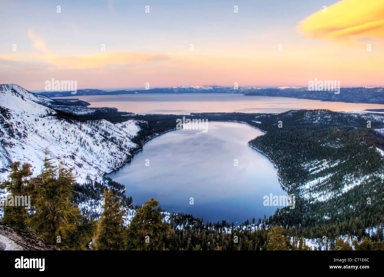 Fallen Leaf Lake et Lake Tahoe au coucher du soleil en hiver, en Californie. Photo Stock
