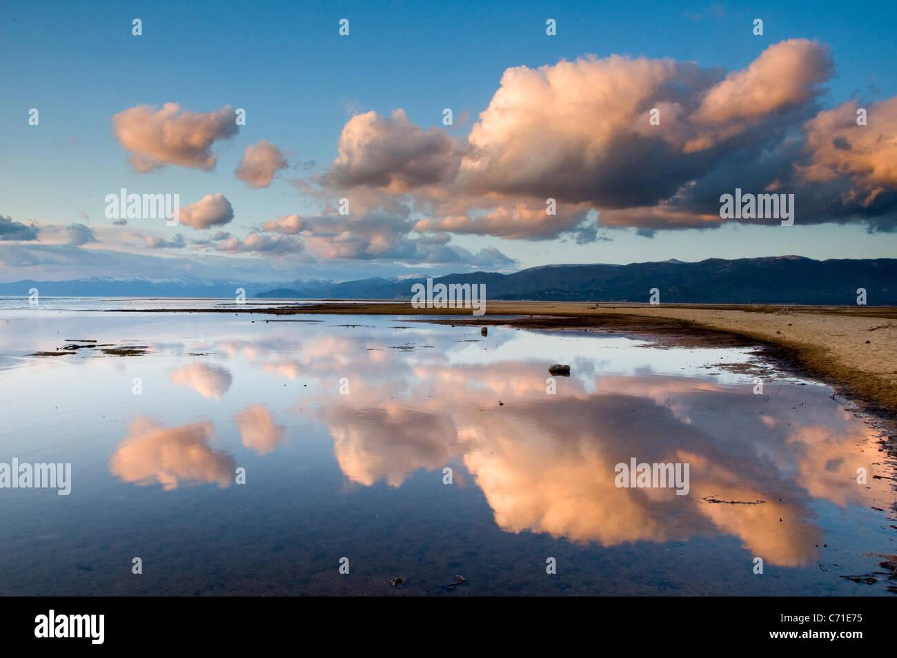 De gros nuages se reflétant dans le lac Tahoe en fin d'après-midi, la lumière de la Californie. Photo Stock