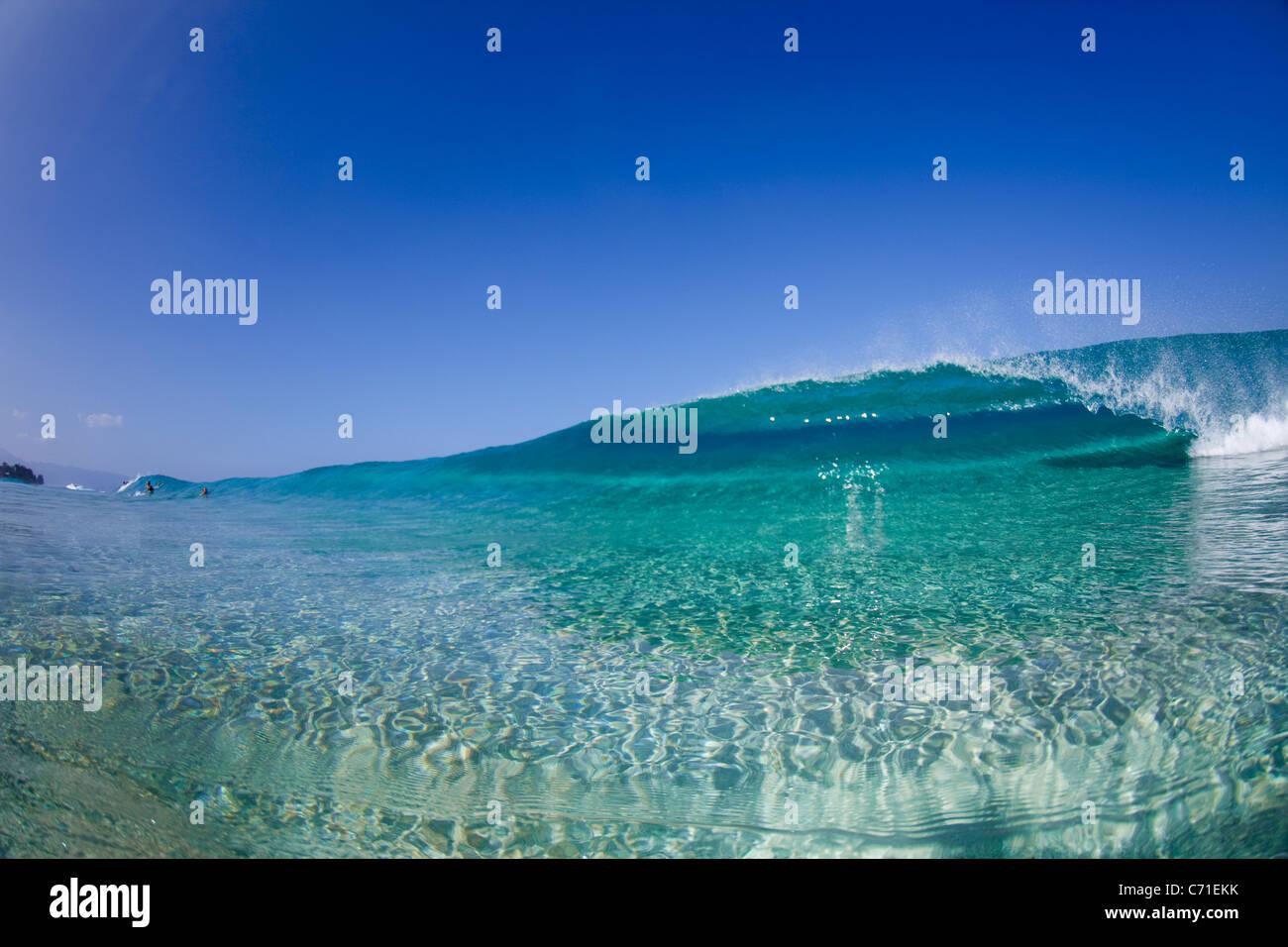 Une vue sur l'eau d'une vague de tubes à Ehukai Beach park. Photo Stock