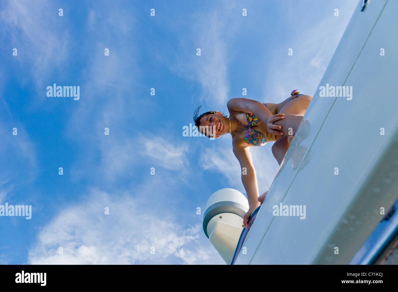 Fille sur haut de yacht, smiling, portrait Photo Stock