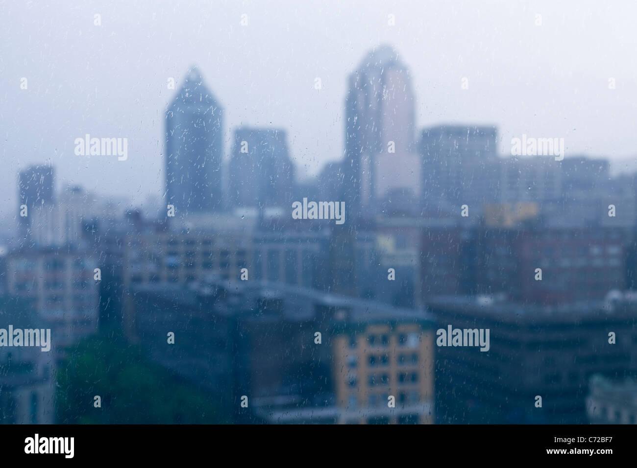 Canada,Quebec,Montreal,voir des bâtiments de Montréal par le biais d'une fenêtre à la pluie Photo Stock