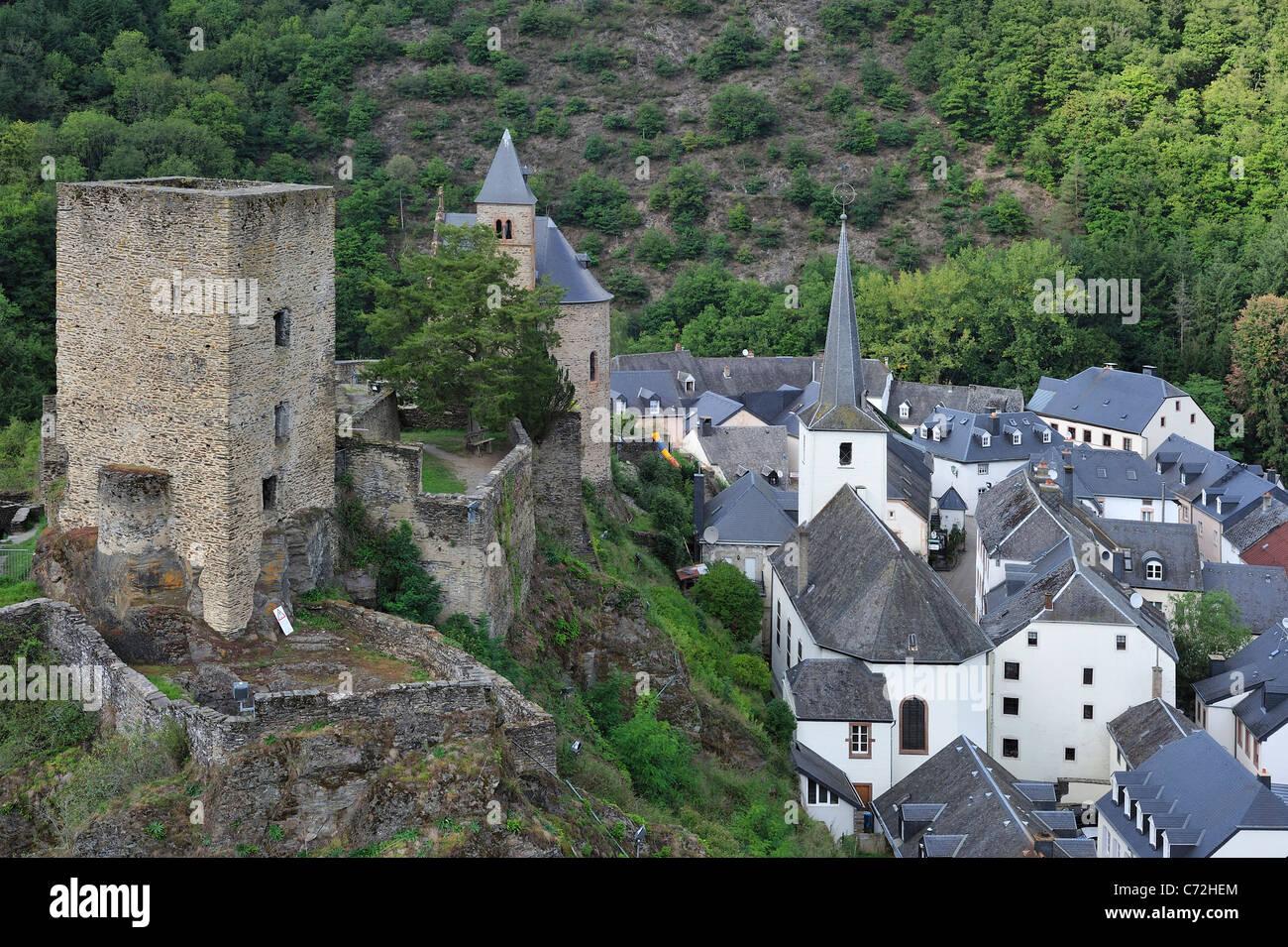 Le village Esch-sur-Sûre / Esch-Sauer avec ruines de châteaux le long de la rivière Sauer / Sûre, Photo Stock