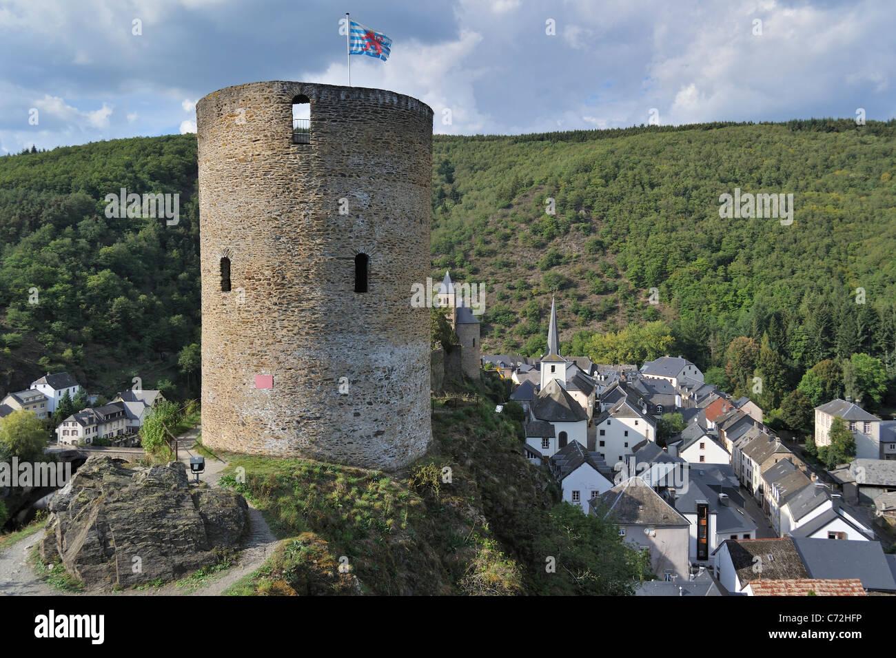 Ruine de la tour ronde médiévale / Lochturm au village Esch-sur-Sûre / Esch-Sauer, Luxembourg Photo Stock