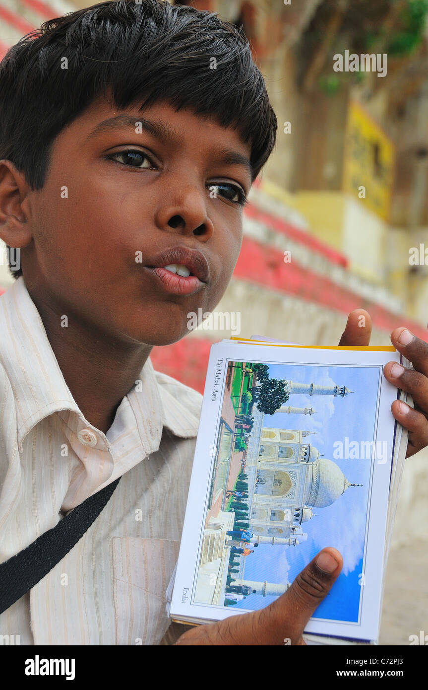 Jeune garçon carte post vente toute la journée dans le ghat par le Gange. Photo Stock