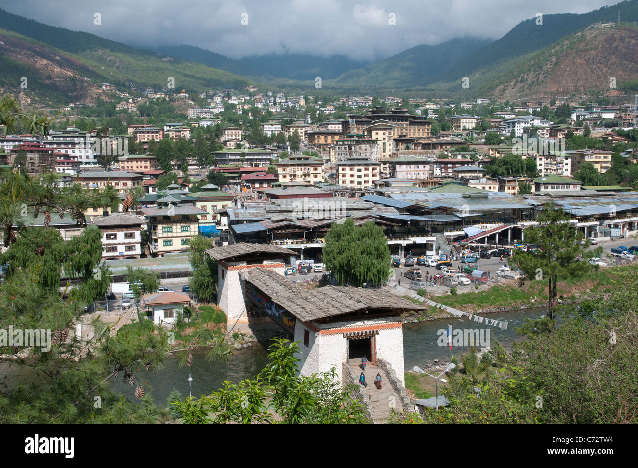 Toits de Thimpu avec pont traditionnel en frgd. Bhoutan Photo Stock