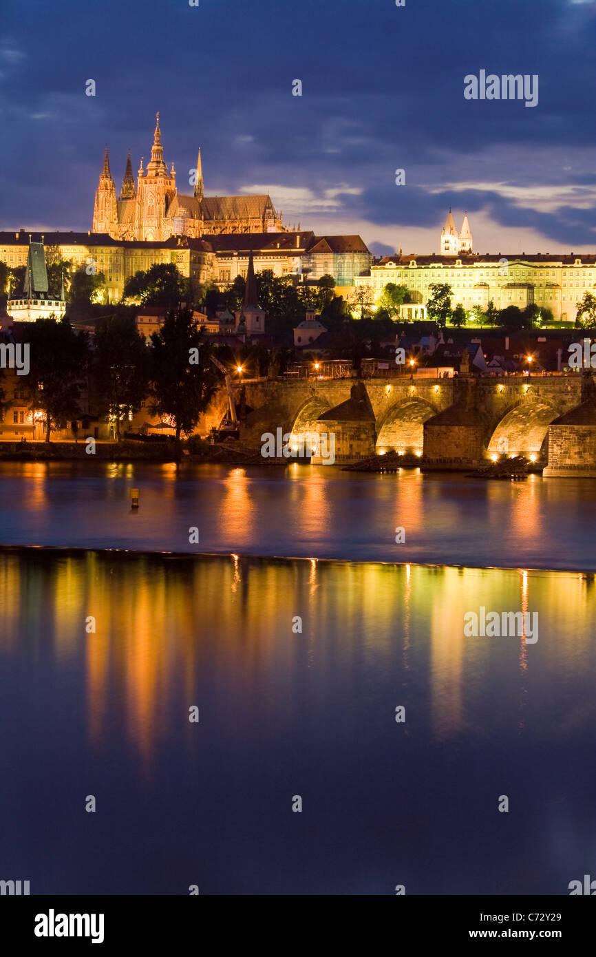 Soirée ambiance au Pont Charles avec le Château de Prague, Hradschin, Prague, République Tchèque, Photo Stock