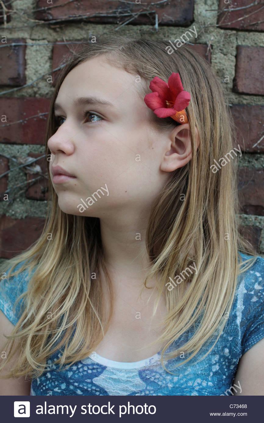 Une jeune fille de 12 ans dans le jardin Photo Stock - Alamy