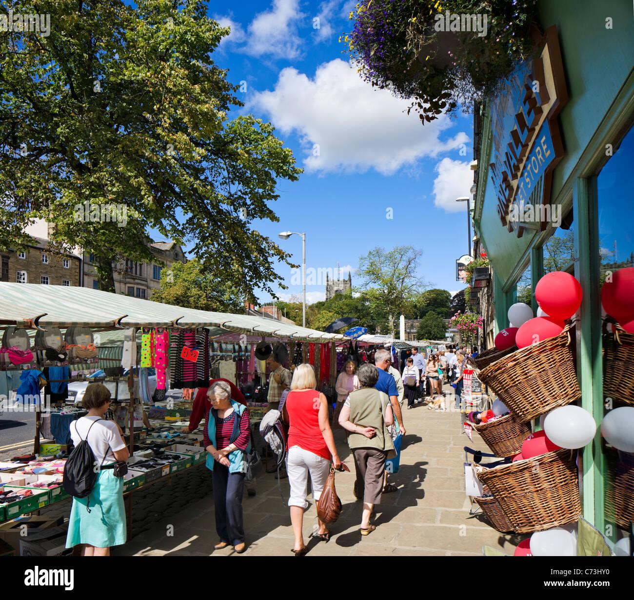 Les étals de marché sur la rue principale à Skipton, North Yorkshire, England, UK Photo Stock