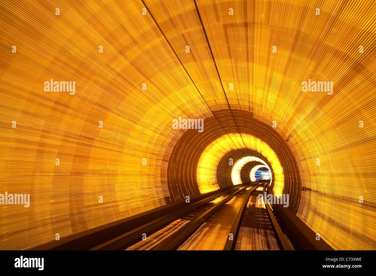 Blurred motion light trails dans un tunnel sous le train qui relie le Bund tiver Huangpu à Pudong, Shanghai, Chine Banque D'Images